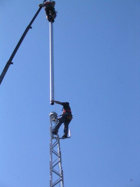 Nameščanje nosilnega stebra na 20 m stolp