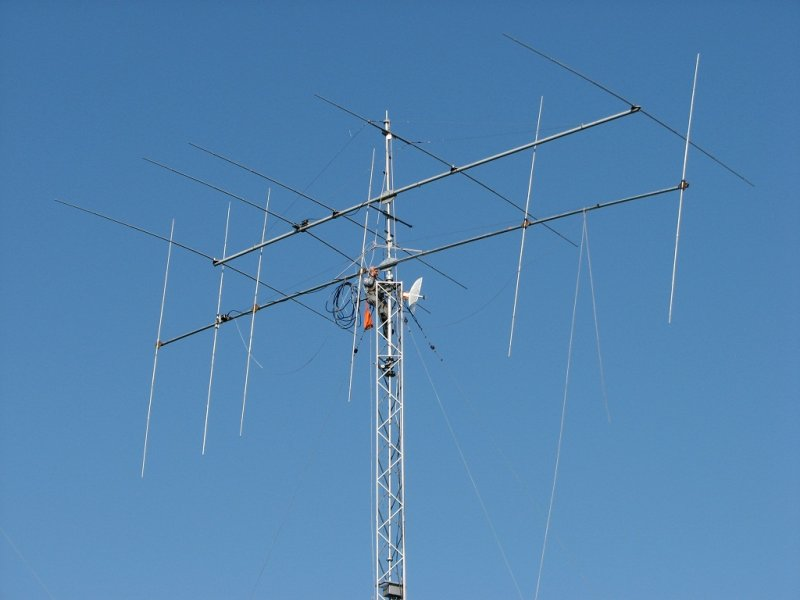 6 el. 21 MHz with 5 el. 14 MHZ OWA YAGI on 12m long boom on top
