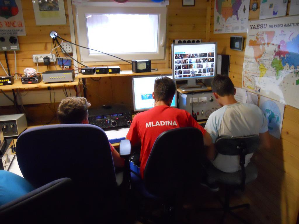 Radio amaterski (ham) kamp Črni vrh nad Cerknim - delo za postajo