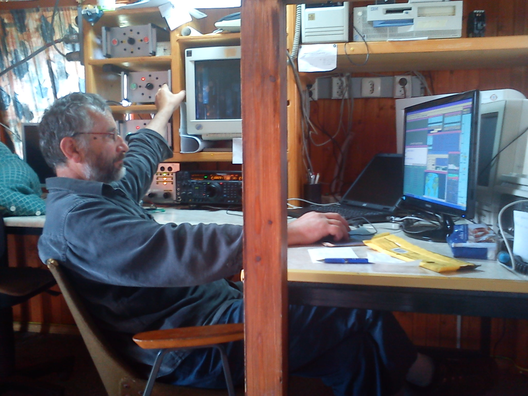 S55CERKNO CQ WW RTTY 2012 - operating desk Tone, S54E