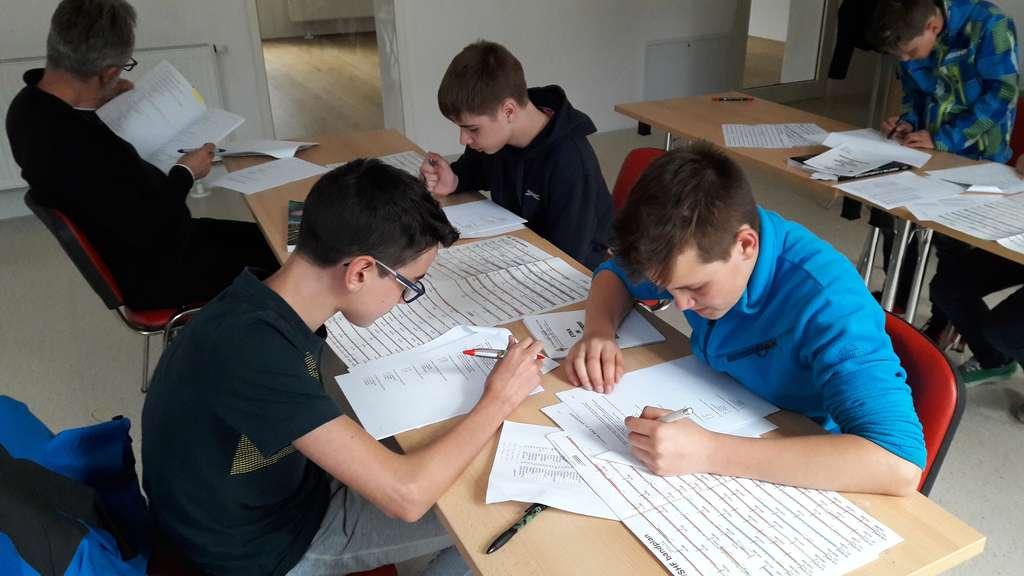 Urban, Miha in Tine pri opravljanju izpita za radioamaterja operatorja, razred A