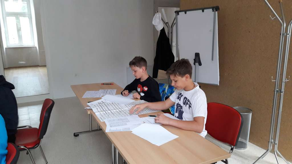 Miha in Gašper pri opravljanju izpita za radioamaterja operatorja, razred N